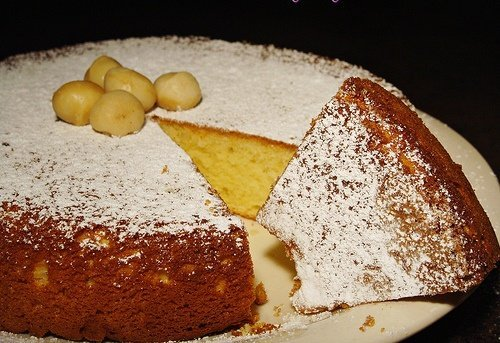 Torta al cioccolato bianco e noci di macadamia